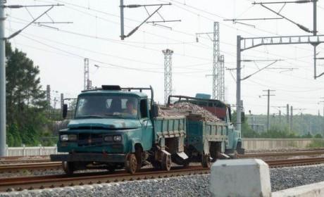不走寻常路 这些卡车竟然在火车铁轨上飞驰