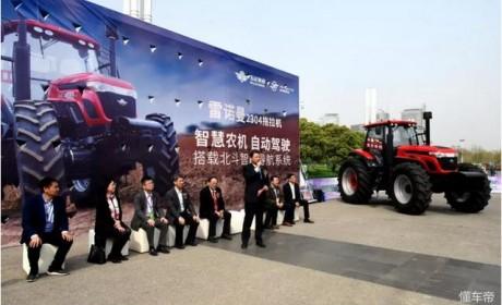 如今的拖拉机都这么牛了,不仅配倒车影像,还可以无人驾驶