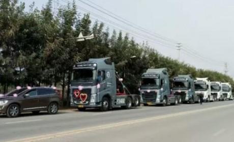 别人家的婚车,六辆沃尔沃卡车开道,这才叫霸气