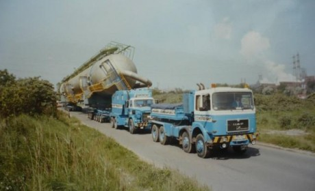 奇!这些卡车拉几百吨 不仅没有罚款还有交警开路