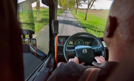 物流企业降低油耗标准想省钱,驾驶员却在危险驾驶,谁是获益者?