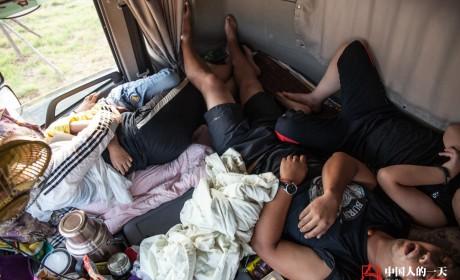 卡车司机的一天:夫妻俩倒班当司机 带仨娃在大货车上过暑假