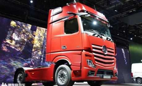 后视镜、中控换成显示屏,好用么?奔驰新款actros卡车实拍