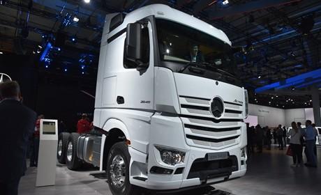 一键启动+越野轮胎,奔驰针对非洲地区推出的国三排放卡车实拍