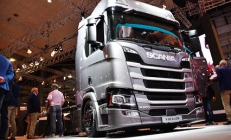 """斯堪尼亚R500""""低趴""""牵引车实拍,省油还能多拉货,欧洲已流行起来"""