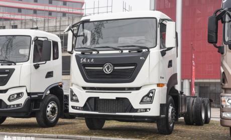 匹配300马力的国六发动机,最低自重8.2吨,天龙KL 6x4载货车底盘实拍