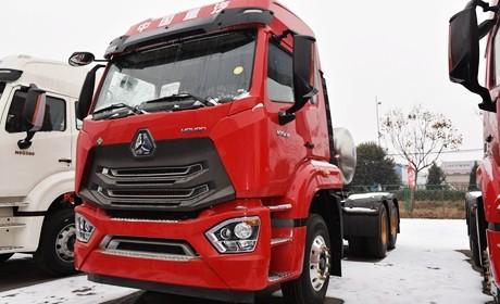 重汽推出的全新外观的牵引车,430马力的豪瀚N7G天然气重卡实拍