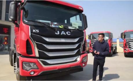 车重7.8吨,配13米挂车能装35吨,格尔发K5砂石料运输牵引车实拍评测