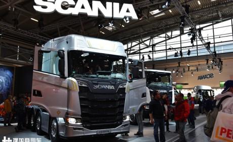 车身8处V8标识,5轴730马力,斯堪尼亚首发亮相的S730大件牵引车实拍
