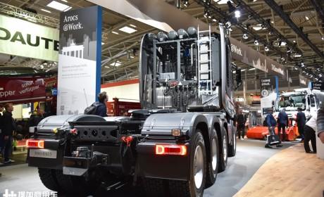 奔驰卡车的性能怪兽,配新款内饰的,630马力Arocs大件牵引车实拍