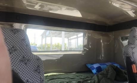 少见的平顶驾驶室的汕德卡C7H牵引车实拍,竟然还是平地板设计!