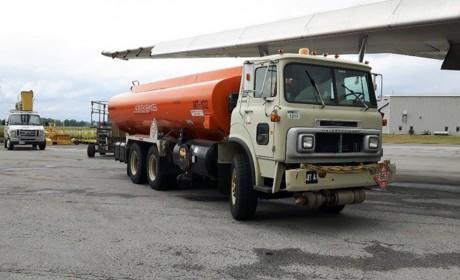 """82年出厂现在还在用,加拿大魁北克机场惊现""""古董级""""美式平头卡车"""