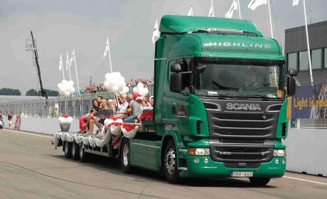 2辆斯堪尼亚卡车作为婚车,亲历90后物流老板不一样的婚礼