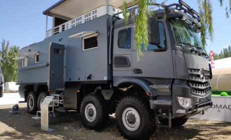 移动的两层小别墅?这款奔驰卡车底盘房车,竟需要大客车驾照才能开