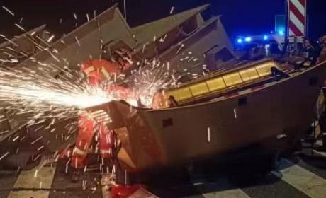驾驶室被钢梁冲出十几米,司机只受轻伤,华菱重卡为何这么强?
