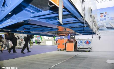 13.75米挂车货箱容积102方,顶部可升降打开,开乐最新推出的侧帘挂车实拍