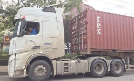 偶遇已经投入运营德龙X6000牵引车,配西康发动机,竟然还是一辆码头货柜车