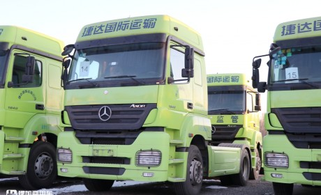 在国内走量的进口卡车,看配置还没有如今的国产车好,已退役的奔驰AXOR牵引车实拍