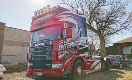 北美这么喜欢长头卡车吗,如此高配的斯堪尼亚平头卡车竟放着不用