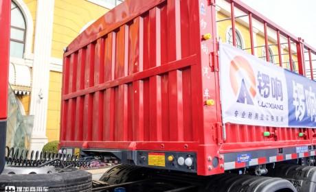 自重5.8吨的新国标仓栅挂车实拍,刹车性能更强,还有后桥提升