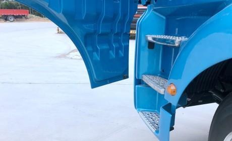 少见的金属蓝配色,外置安全提示喇叭是亮点,汕德卡G7快递牵引车实拍