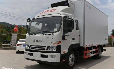 江淮骏铃V8中卡实拍,5米2大货箱轻松拉货9吨,现在跑冷链都选它