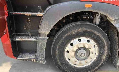 偶遇配潍柴发动机的豪沃T7H巡展车,这车怎么样?实拍带你好好看看