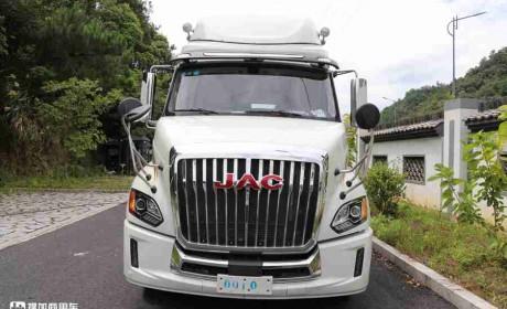 实拍用户购买的格尔发V7长头卡车,临时拖个房车,别说造型还真搭配