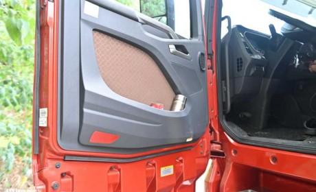 高配版解放J7跑危险品运输,全气囊悬架大驾驶空间,配置真奢侈