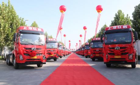 红岩杰卡港口牵引车批量交付山东客户 助力智慧物流高质量发展