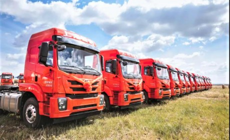 红岩杰卡牵引车批量交付内蒙古大客户 ,助力煤炭绿色运输