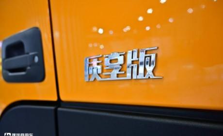 欧曼专为标载运输打造的GTL渣土车实拍,8×4短轴底盘,城建首选自卸车