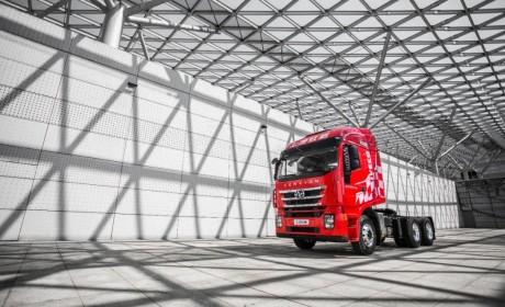 全新豪华驾驶室,红岩杰狮2020牵引车,为卡友营造家的氛围