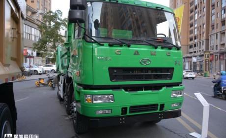 面包楼设计更具性价比,自主动力标载货箱,华菱8×4渣土车实拍