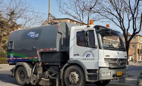 实拍街边一辆破旧的环卫卡车,竟然是奔驰ATEGO底盘,上装也大有来头