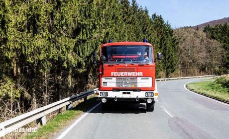 让上世纪70年代的奔驰卡车依然奔驰在路上,一个年轻小伙与一辆老旧卡车的故事