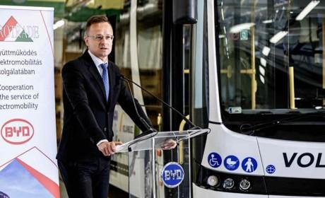 多瑙河两岸的绿色明珠 匈外长见证比亚迪首台跨国运营纯电动巴士交付