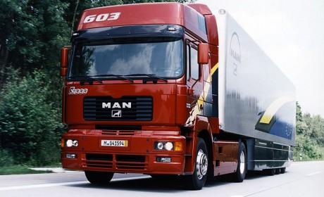 搭载V10发动机,上世纪90年代就高达603马力,这款曼恩F2000牵引车你肯定没有见过