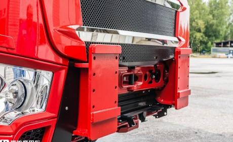 再带您看一辆芬兰西苏卡车底盘,专为车载起重机打造,配置依然强悍