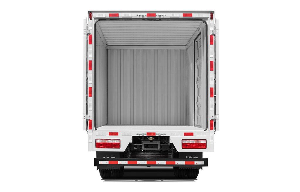 在卡车上  低可信度描述已自动生成