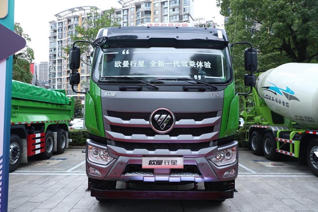 路上有一些绿色的卡车  描述已自动生成